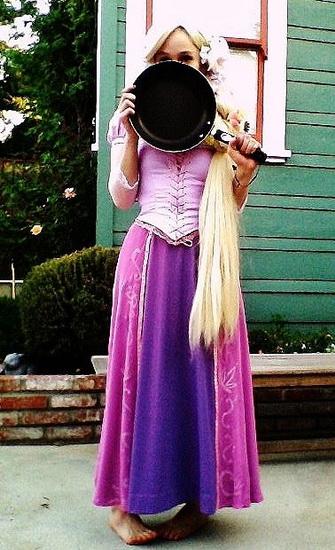 Raiponce costume pour Halloween avec une poêle à frire