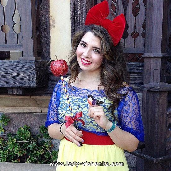 Blanche-Neige avec une pomme sur Halloween